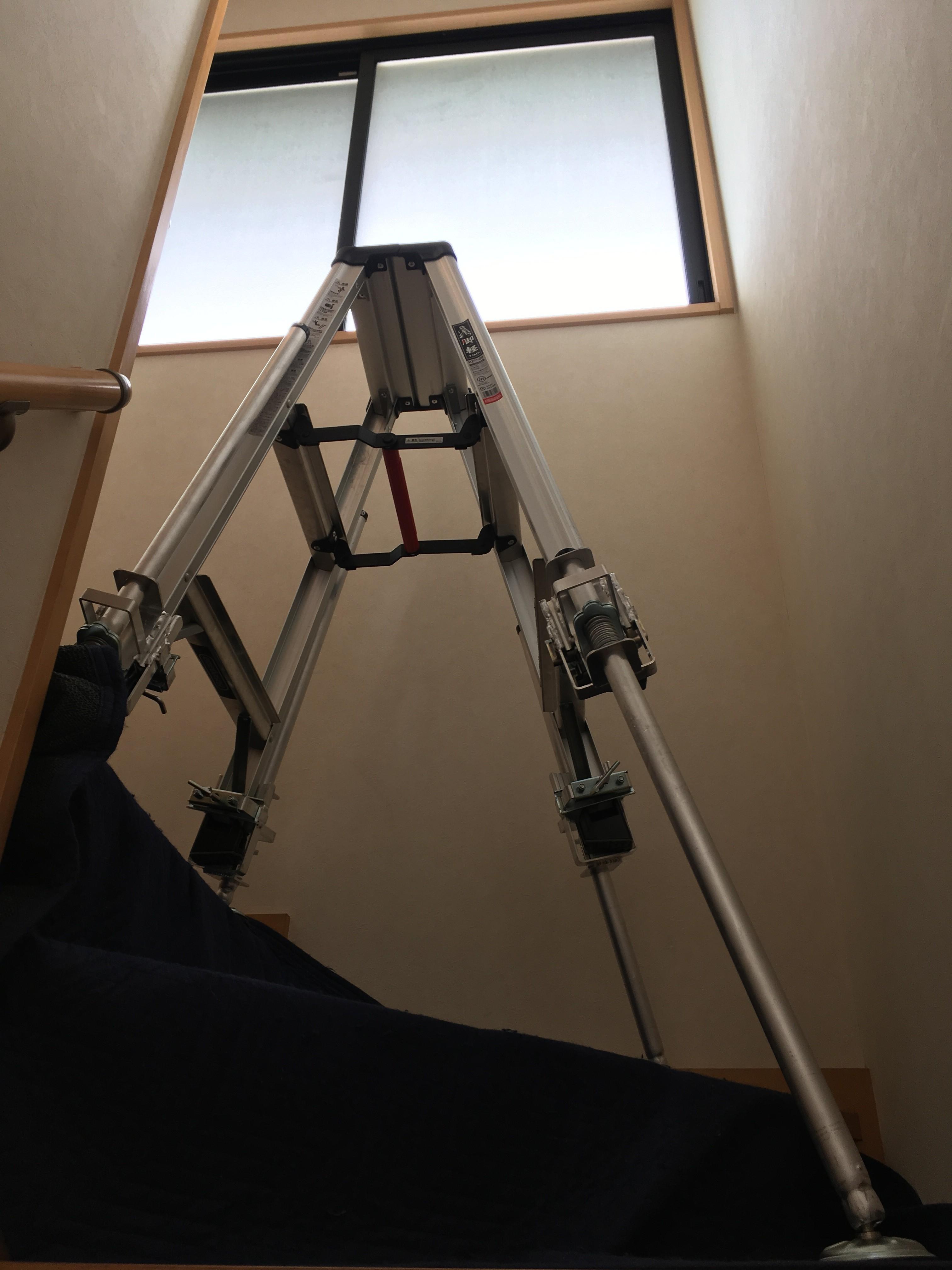 階段吹き抜け窓に秘密兵器!